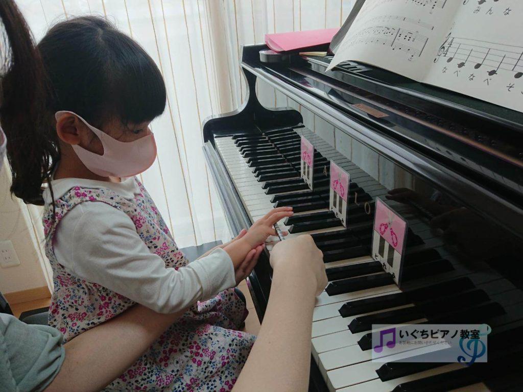 ピアノを弾く練習をする幼児