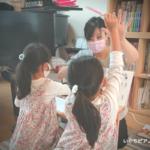 幼児の生徒さんに右手はどちらの手なのかを確認している画像